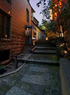 夜散歩のススメ「熱海湯階段」東京都新宿区