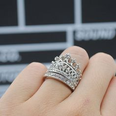 This beautiful ring features crown design with crystals inlay, the dual ring band style is quite unique and stylish. A fabulous fashion-forward look to add glamour to your everyday style. Available si