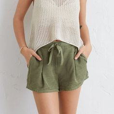 Aerie Pleated Short (395.640 IDR) ❤ liked on Polyvore featuring shorts, rugged green, aerie shorts, green shorts, woven shorts, short shorts and pleated shorts