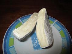Napadlo vás někdy, že byste si mohli doma vyrábět sýr? Není to nic těžkého a domácí sýr vám bude opravdu chutnat. Na jeho výrobu potřebujete základní sadu na sýr, ale postačí i uzavíratelná nádoba, plátýnko a můžete začít klidně hned. Vyzkoušejte mozzarelu, krémový a bylinkový sýr nebo domácí hermelín. Bylinkový sýr Potřebujete 250 g plnotučného … Clean Recipes, Cooking Recipes, Home Canning, Homemade Cheese, Kefir, Queso, Food To Make, Clean Eating, Food And Drink