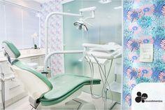 Em apenas 3h este consultório dentário ficou mais alegre e elegante, revestimos as paredes brancas como Slim Plastt estampa Tropicaliente V1. Resultado o espaço ficou com o estilo de nossa cliente @dra.flaviacristine .