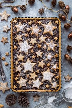 Starry mince pie tart - an attractive twist on traditional mince pies. Shortcrust pastry filled with vegan friendly mincemeat and topped with cinnamon shortbread stars. Perfect as a festive centrepiece! Vegan Christmas, Christmas Cooking, Christmas Desserts, Christmas Treats, Christmas Pies, Christmas Biscuits, Christmas Decorations, Vegan Mince Pies, Decoration Patisserie