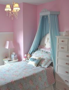GAAAAHHH I wish my room looked like this!!! I don't care if it's for a little girl, I'm short that counts haha.