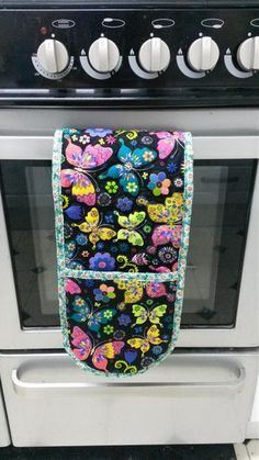 Diy Sewing Projects Oven glove tutorial sewing bee fabrics butterfly how to make DIY potholder - Free sewing tutorial - How to make your own pattern with photo instructions on how to sew heat proof oven gloves. Bee Fabric, Fabric Butterfly, Fabric Scraps, Fabric Sewing, Sewing Hacks, Sewing Tutorials, Sewing Crafts, Sewing Tips, Tutorial Sewing