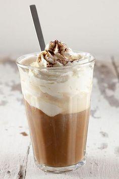 Bekijk de foto van ohmydish met als titel Velen beginnen de dag met een flinke kop koffie, maak eens een keer ijskoffie met vanille ijs om ook op hete dagen wakker te blijven!  Recept onder de knop 'Bron'! en andere inspirerende plaatjes op Welke.nl.