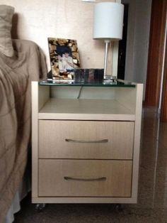 Oba Criados Mudos(2), em MDF cor marfim com tampo de vidro. lindas e decorativas