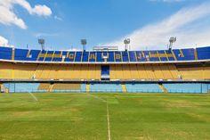 Il terreno di gioco della Bombonera.  The pitch of La Bombonera.