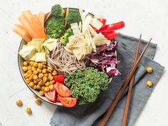Buddha Bowl mit Sobanudeln und Kichererbsen-Crunch