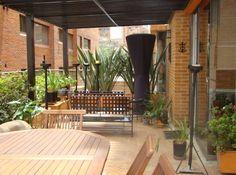 Este lindo segundo piso tiene 173 mt2 + 100 mt2 de terraza.Tiene 3 habitaciones, p/pal con su baño y walk in closet. Las otras 2 habitaciones comparten baño. Estudio, cuarto y baño de servicio, baño de visitas, cocina cerrada. Sala con chimenea a leña y acceso a la terraza por todas las habitaciones y zona social. Cuenta con 2 parqueaderos y depósito. Mas información y fotos en: http://www.clasinmuebles.com/properties/bogota/lindo-apartamento-en-el-nogal-647.html