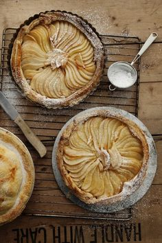 Pear tart with translated directions. Le Parfait - Matiga och söta pajer – Savory and Sweet Pies Pear And Almond Tart, Pear Tart, Pear Pie, Tart Recipes, Sweet Recipes, Dessert Recipes, Cooking Recipes, Jelly Recipes, Cooking Tips