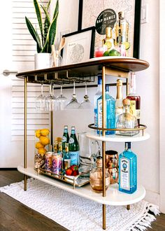 Brooklyn Apartment // Bar Cart Styling Three key elements to styling a functional and chic bar cart! Apartment Bar, Design Apartment, Dream Apartment, Brooklyn Apartment, College Girl Apartment, Apartment Styles, One Bedroom Apartments, Couples First Apartment, Condo Interior Design