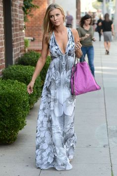 Model and Miami Housewife Joanna Krupa looks stunning in this gray and white maxi dress. The pop of pink from her handbag adds a nice touch too. Street Clothes, Street Outfit, Radar Online, Grey And White, Gray, Joanna Krupa, White Maxi Dresses, Housewife, Looking Stunning