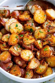 Roasted Garlic Butter Parmesan Potatoes - These epic roasted potatoes with garli. - Roasted Garlic Butter Parmesan Potatoes - These epic roasted potatoes with garli. Roasted Garlic Butter Parmesan Potatoes - These epic roasted potat. Potato Dishes, Vegetable Dishes, Veggie Food, Potato Meals, Potato Food, Veggie Side, Potato Snacks, Potato Hash, Potato Skins