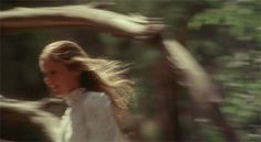 Evelyne Evergreen de pequeña corriendo por los jardines del Palacio Real.
