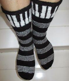Mustavalkoisia Juhannussukkia kutoessa mieleen tuli kokeilla seuraavaksi sukat, joissa olisi pianon koskettimet. Alunperin visiona oli t... Crochet Socks, Knitting Socks, Knit Crochet, Knit Socks, Harley Davidson, Socks And Heels, Fair Isle Knitting, Boot Cuffs, Drops Design