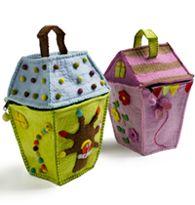 Handmae felt house/bag by En Gry & Sif Felt Diy, Handmade Felt, Felt Crafts, Teddy Bear Delivery, Teddy Bear Gifts, Felt House, Free Cards, Love Bear, Joy And Happiness