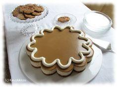 Piparit kuuluvat joulun juhlapöytään, mutta näin isoa piparia siellä on harvemmin nähty. Idea piparikakkuun syntyi, kun löysin hauskan vuoan, joka suorastaan vaati minua toteuttamaan tämän kakun. :) Jälleen kerran: näyttävän kakun tekeminen ei todellakaan välttämättä vaadi suurta kikkailua tai runsaasti aikaa! Mauksi halusin tietenkin piparkakkumausteita ja samassa teemassa halusin pysyä myös kakun kuorrutteen ja koristelun […]