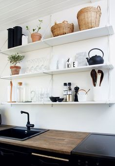 Open and hanging shelves creates an ease in a small kitchen. Here inspired by the nordic style. Kitchen Chairs, Kitchen Shelves, Home Decor Kitchen, Home Kitchens, Kitchen Dining, Dining Rooms, Nordic Kitchen, Knoxhult Ikea, Craftsman Kitchen