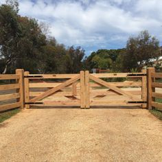 At Blackwood Country Gates, 5251 we use quality material and craftsmanship to create a range of farm, garden and wooden gates to last for years. Driveway Fence, Front Yard Fence, Farm Fence, Backyard Fences, Garden Fencing, Front Yard Landscaping, Low Fence, Driveway Entrance, Lattice Fence