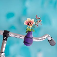 FRIDA bicycle vase – 4 colors - A vase for the bicycle handlebars.Frieda, as colorful companion in the city or on bike rides. The vase made of lacquered solid wood is simpl