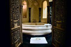 Une salle de bain luxueuse de style ottoman, marocain