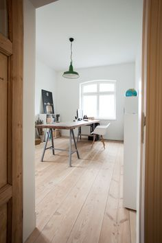 This resting point in Bremen was completely renovated in A floor in pur natur Douglas floorboards of the 300 series stretches across several storeys New House Plans, Small House Plans, Refinishing Hardwood Floors, Home Office Decor, Home Decor, Office Ideas, Trendy Home, Bars For Home, Modern Interior Design