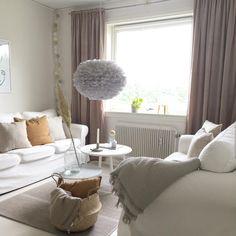 Umage Design Eos tollas lámpa a skandináv nappaliban. Fotó: @nordicsimplicity Scandinavian Lighting, Scandinavian Home, Eos, Danish Design, Sweet Home, Lounge, Curtains, Living Room, Interior Design