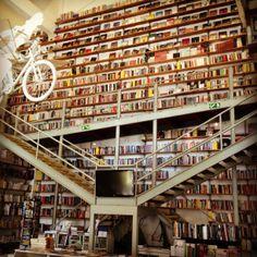 LX Factory Lisbonne, La libreria di Lisbona-Portogallo, con la bicicletta appesa.