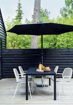 Hyggeligt spot på terrassen Red Cottage, Hygge, Patio, Black And White, Outdoor Decor, Home Decor, Decoration Home, Black N White, Room Decor