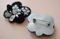 もう仕立てで迷わない!ブローチの裏側の仕立てのとっても簡単なやり方をご紹介。 テクニックも不要!ハサミと材料さえあればすぐできます。 Thread Jewellery, Fabric Jewelry, Beaded Jewelry, Diy Hair Accessories, Handmade Accessories, Handcrafted Jewelry, Embroidery Works, Beaded Embroidery, Fabric Flower Brooch