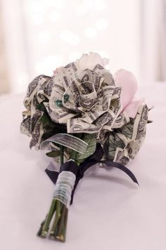 Money flowers for a throw bouquet so the girls get super excited about catching it! Designed by Bruinenberg Bruinenberg Neumann Money Rose, Money Lei, Money Origami, Gift Money, Creative Money Gifts, Cool Gifts, Diy Gifts, Money Flowers, Paper Flowers