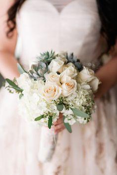 Brautstrauß in Weiß und Grün mit Rosen und Sukkulenten – white and green wedding bouquet with roses and succulents