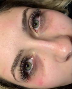"""Get into this natural rich look. She is giving off """"IT GIRL"""" vibes 💫 by in Richmond Va . Kylie Jenner Eyelash Extensions, Natural Looking Eyelash Extensions, Types Of Eyelash Extensions, Eyelash Extensions Classic, Volume Lash Extensions, Wispy Eyelashes, Curl Lashes, Longer Eyelashes, Natural Fake Eyelashes"""