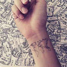 tatouage voyage à contours fins- une carte du monde