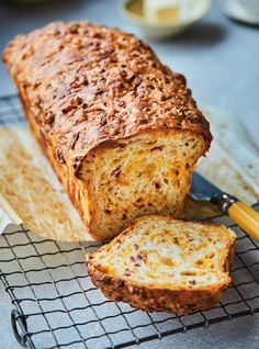 Pain au fromage et au bacon - Ricardo Volume 15 no page 105 Sunday Brunch Buffet, Breakfast Buffet, Breakfast Casserole, Sunday Breakfast, Breakfast Muffins, Wine Recipes, Bread Recipes, Cooking Recipes, Breakfast