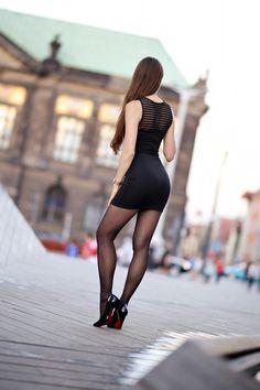 Kobiecy elegancki styl: z czym nosić krótkie sukienki, spódniczki, lakierowane szpilki, czarne rajstopy. Kobiece stylizacje, inspiracje, długie naturalne włosy, zakupy przez internet zagranicą. Naturalna dziewczyna, naturalna uroda, zdrowy styl życia, siłownia.