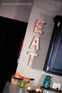 Decoración con letras de papel maché y monedas de cobre