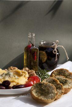 'Mezes' zijn een verzameling van Griekse hapjes voor een maaltijd die gezellig samen gedeeld kan worden. Het bestaat uit 'fava', een gele spliterwten hummus met veel olijfolie, verschillende groenten, olijfolie en lekker vers brood.