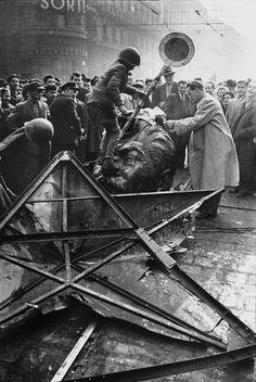 A Sztálin szobor szétverése a Blaha Lujza téren  #revolution #1956 #hungary #houseofterror #communism #stalin #statue #wc #toilet #crowd #beer