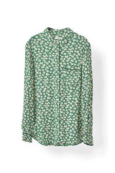 Skjorte med forlomme, afrundet søm og skjult  knaplukning.