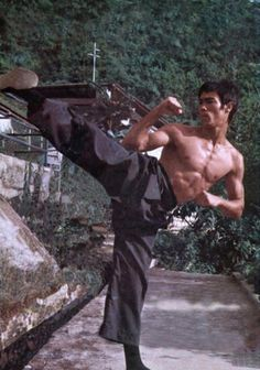 Bruce Lee performing a seminal side kick. Pictured where the filming of Enter The Dragon took place. Possibly the peak of Sigung Lee's JKD training. Kung Fu, Karate, Bruce Lee Martial Arts, Mixed Martial Arts, Bruce Lee Fotos, Jeet Kune Do, Films Cinema, Ju Jitsu, Brandon Lee