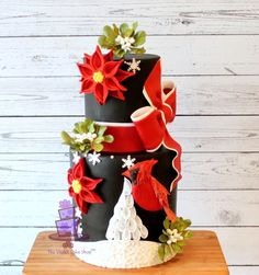 An unusual and very eye catching Christmas Cake design. Great artistry by Violet of Cakes Decor. More pics on the site.