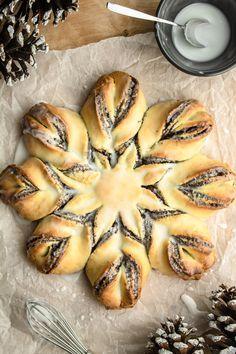 Półkruchy makowiec gwiazda (6 składników) Bread Rolls, Spanakopita, Bagel, Cake Recipes, Recipies, Good Food, Food Porn, Sweets, Baking