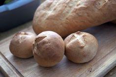 Brötchen und Brot, golden gebacken