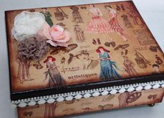 Caixa em MDF com pintura e papel de scrapbooking, com acabamentos em renda, apliques de flores e pés de metal.