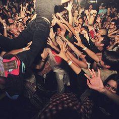 Crowd surfing <3