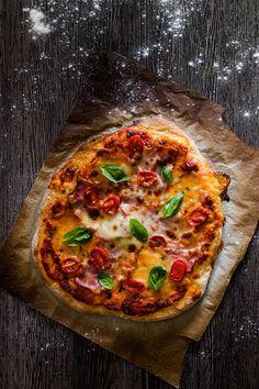 Naučte sa tenkú domácu pizzu. Je to lacné a práve upečená pizza vonia najkrajšie na svete. Ponúkam vám recept na cesto a základnú rajčinovú omáčku.