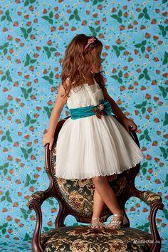 Дизайнеры модного дома Gucci решили не ограничиваться взрослой линией, но и в детскую моду тоже внести немного гик шика. Конечно, дизайнеры отказались от прозрачных тканей, зато предложили маленьким модникам милые береты с помпонами, свитеры с забавными аппликациями, плиссированные юбки и даже шелковые бомберы.