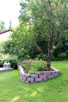 Millainen on sinulle mieluisin kivimuuri? Sileää pintaa vai lohkottua? Korkea muuri vai matala kukka-allas? Lakan muurikivillä luot puutarhaasi toiveidesi mukaisen ja persoonallisen ilmeen.   #muurikivi #lakka #pihakivet #maisemointi #teeseitse # rakentajat2020 Garden Bridge, Cottage, Outdoor Structures, Cottages, Cabin, Cabins