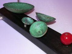 Colgante de ébano, plata, cobre con oxidaciónes y coral. Www.juangil.org